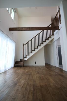 リビング階段が家全体を引き締めるくつろぎの空間