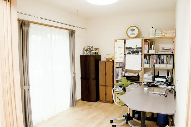 リビングの延長にある書斎は閉めれば個室に。