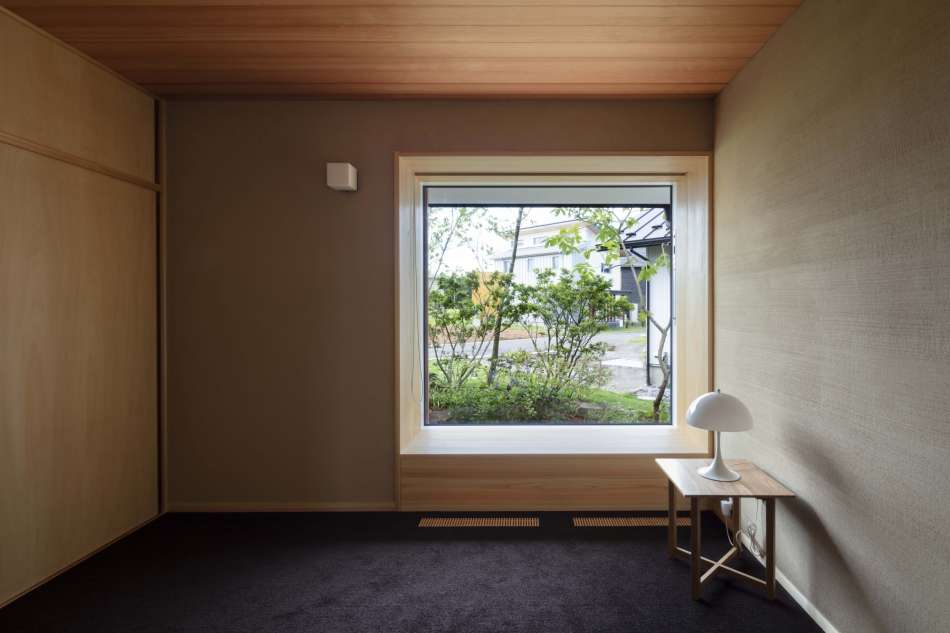 大開口の窓から風景を取り込む、心地よい空間。