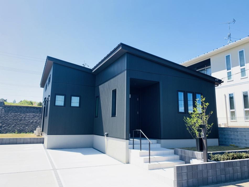 モダンな黒い外壁がおしゃれな平屋